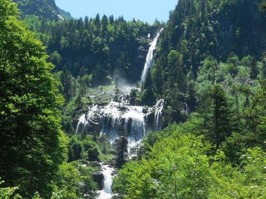Vue sur les splendides cascades d'Ars dans les Pyrénées
