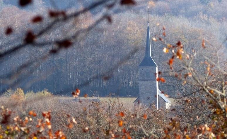 Eglise de Gouloux à travers les arbres