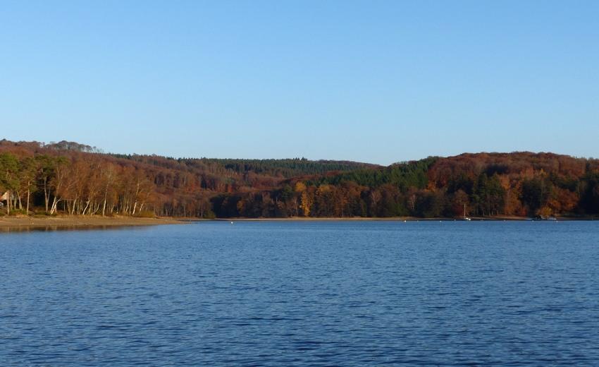 Vert, rouge, orange, le lac des Settons en automne