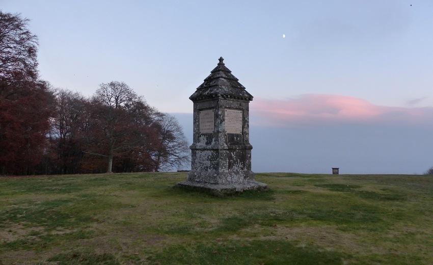 Monument sur le Mont Beuvray rendant hommage à Jacques-Gabriel Bulliot