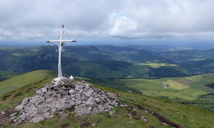 Le Puy de l'Angle et sa croix blanche