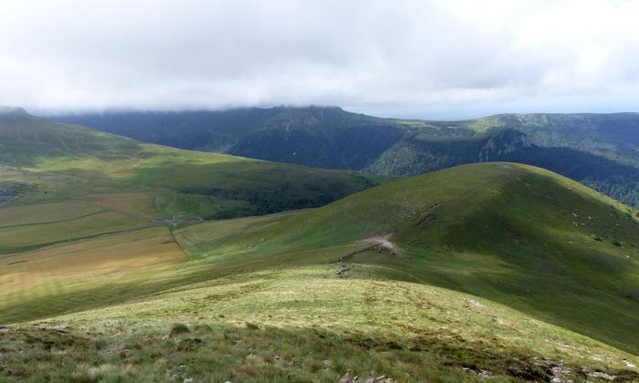 Le Puy de Mareilh et, au fond, le Puy de Sancy dans les nuages...