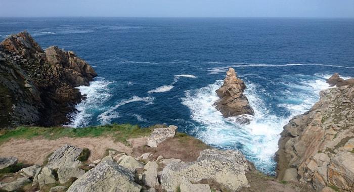 Falaises et tourbillons de vagues autour de la Pointe